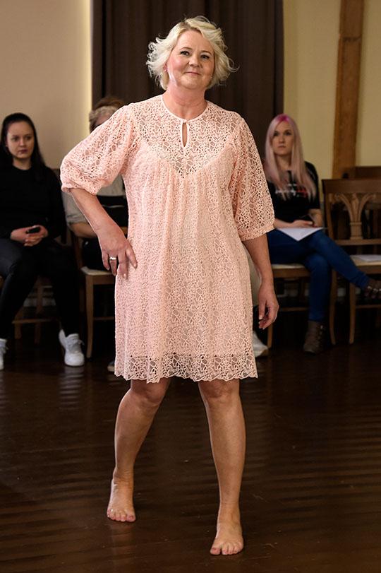 Ivana Helsinki Melissa Muumi pitsimekko vaaleanpunainen